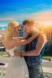 Couples sérieux dans l'amour regardant chaque autres dehors Photos libres de droits