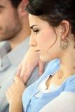 Couples sérieux regardant la TV Photos stock