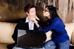 Couples sérieux sur le sofa Images stock