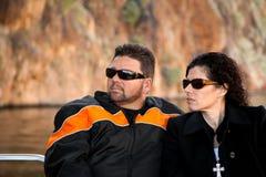 Couples sérieux sur un bateau Photos stock