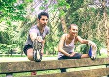 Couples s'étendant en parc Photos libres de droits