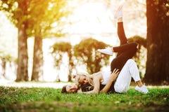 Couples s'étendant sur l'herbe Image libre de droits