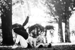 Couples s'étendant sur l'herbe Images stock