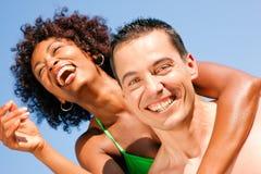 Couples - s'étreindre sur la plage Photographie stock