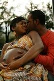 Couples s'attendant des baisers de chéri photo stock