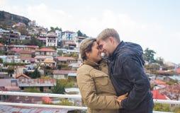 Couples s'embrassant en automne concept au sujet de passion et d'amour Image stock
