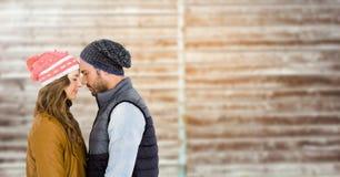 Couples s'embrassant sur le fond en bois Images libres de droits