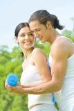 Couples s'exerçant, à l'extérieur images stock