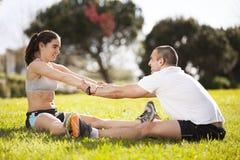 Couples s'exerçant au stationnement Images stock