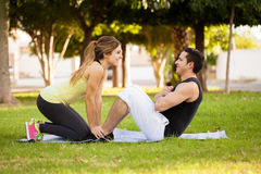 Couples s'exerçant ensemble à un parc Images libres de droits