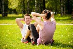 Couples s'exerçant ensemble Photographie stock libre de droits