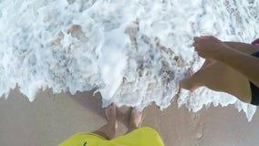 Couples sains attrayants ayant l'amusement marchant ensemble sur la plage Mains de femme et d'homme Jeune romantique de lune de m banque de vidéos