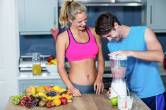 Couples sains préparant un smoothie Photos libres de droits