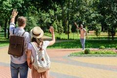 Couples saluant l'homme d'afro-américain en parc Images libres de droits
