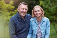 Couples satisfaits appréciant un jour en parc Image stock