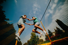 Couples sautant sur le trempoline en parc Image libre de droits