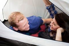 Couples se couchant dans la tente Images libres de droits