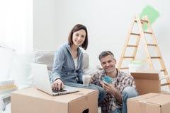 Couples se déplaçant dedans ensemble photographie stock libre de droits