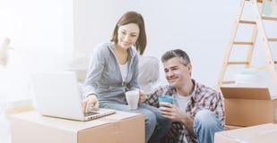 Couples se déplaçant dedans ensemble images libres de droits