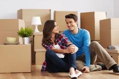 Couples se déplaçant la maison Photos stock