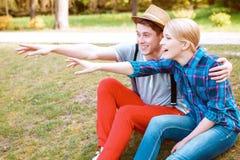 Couples se dirigeant quelque part avec l'excitation image libre de droits