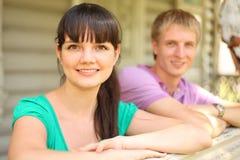 Couples se penchant sur la terrasse de la maison de village Image stock