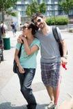 Couples se réveillant dans la rue Images stock
