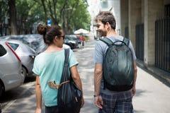 Couples se réveillant dans la rue Image libre de droits
