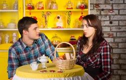 Couples se regardant le snack-bar Images libres de droits