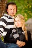 Couples se reposant à l'extérieur photographie stock