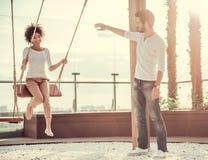 Couples se reposant à l'extérieur Image stock