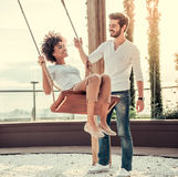 Couples se reposant à l'extérieur Photographie stock libre de droits