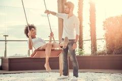 Couples se reposant à l'extérieur Photos libres de droits