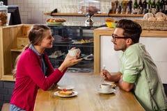 Couples se reposant à la table et à parler Photos libres de droits