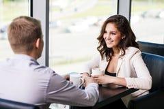 Couples se reposant à un café Photographie stock libre de droits