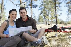 Couples se reposant ainsi que la feuille de route Photo stock