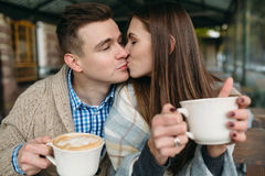 Couples se reposant au café de trottoir Photographie stock libre de droits