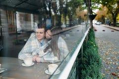 Couples se reposant au café de trottoir Photo libre de droits