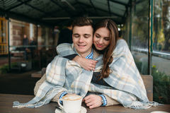 Couples se reposant au café de trottoir Images libres de droits