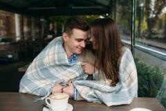 Couples se reposant au café de trottoir Photos libres de droits
