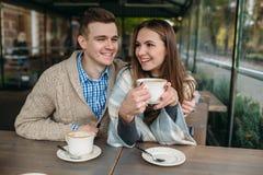 Couples se reposant au café de trottoir Images stock