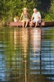 Couples se reposant au lac Image stock