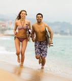 Couples se reposant avec des panneaux de ressac Images stock