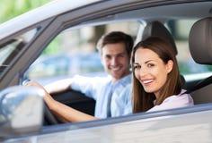 Couples se reposant dans la voiture Images stock