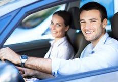 Couples se reposant dans la voiture Photographie stock libre de droits