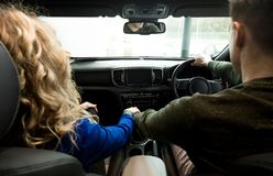 Couples se reposant dans la voiture pendant la commande d'essai Photo stock