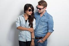 Couples se reposant de nouveau à penser à l'avenir arrière Image stock