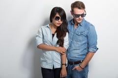 Couples se reposant de nouveau à penser à l'avenir arrière Photographie stock libre de droits