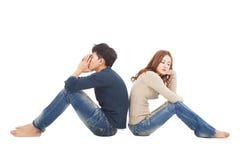Couples se reposant de nouveau au dos pendant le conflit Image stock