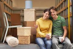 Couples se reposant de retour de Van mobile Photographie stock libre de droits